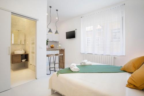 A bed or beds in a room at Twins Idola Apartments