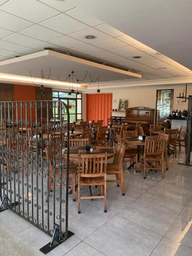 A restaurant or other place to eat at Comfort Franca