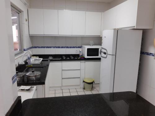 A kitchen or kitchenette at Apartamento 2700 Camboriu