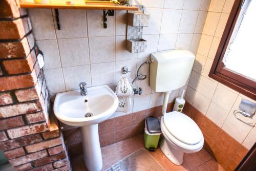 Ένα μπάνιο στο Victoria's Country Apartments