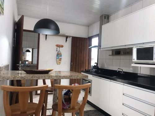 Una cocina o zona de cocina en Residencial la bela praia