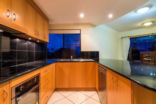 A kitchen or kitchenette at 7 Waves - Airlie Beach
