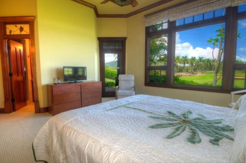 A bed or beds in a room at Hale Lani - Custom Built Ocean view Home on Golf Course with A/C