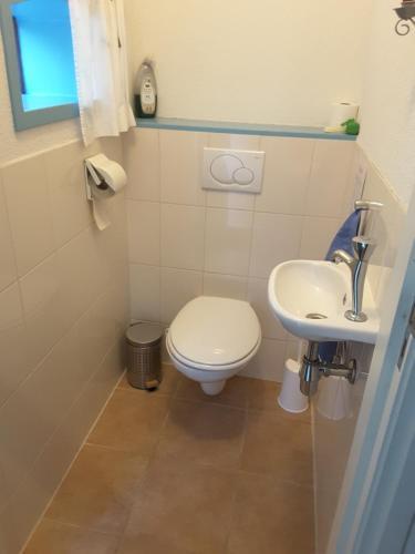 A bathroom at BuitenWedde