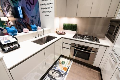 A kitchen or kitchenette at Resolution Suite - Become Financially Savvy