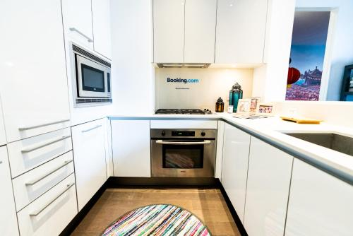 A kitchen or kitchenette at Resolution Suite: Study Another Culture