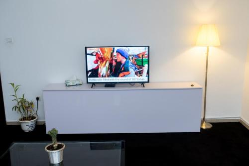 Una televisión o centro de entretenimiento en Thé Granary