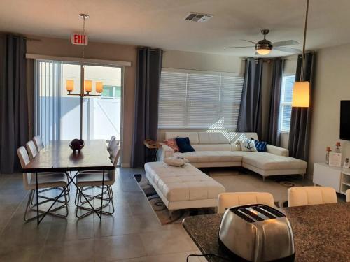 Uma área de estar em Orlando Dream House Compass Bay