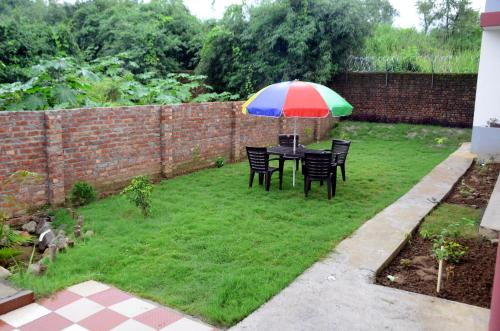 A garden outside Sushma's Homestay-Serene and spacious home near river ganga