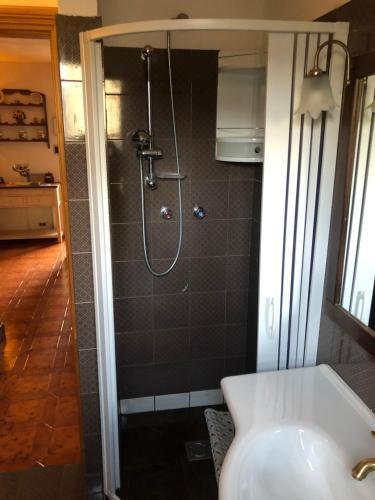 A bathroom at Appartamento in residence Ovindoli