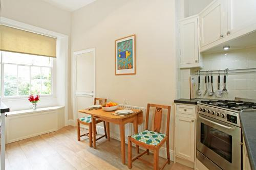 A kitchen or kitchenette at 01B 1 Clifton Terrace