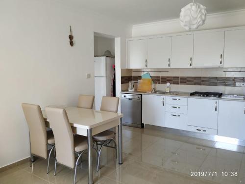 Кухня или мини-кухня в Royal Sun Residence