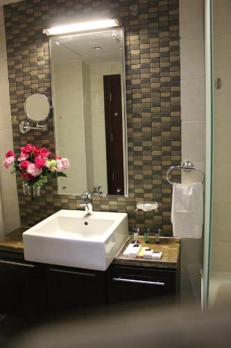 A bathroom at Royal Ascot Hotel Apartment - Kirklees 2