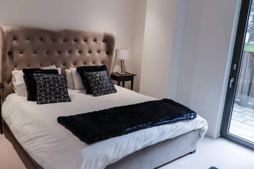 Ein Bett oder Betten in einem Zimmer der Unterkunft Beautiful 2 bed Apartment in Stratford city