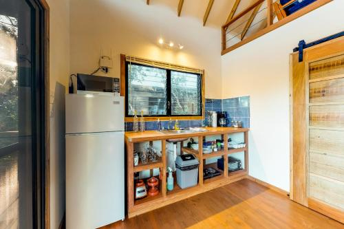 A kitchen or kitchenette at Inn The Trees Cabañas