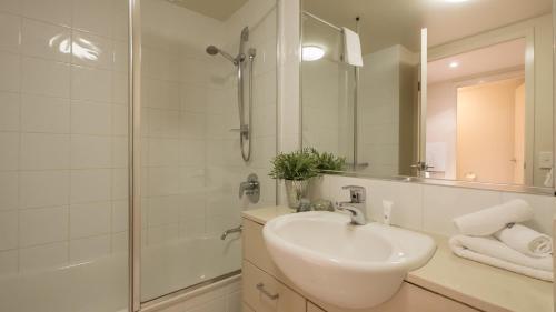 A bathroom at Inn on the Park Apartments