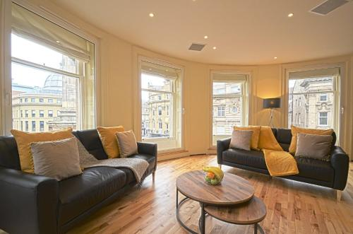 A seating area at 93a Grey Street Apartments