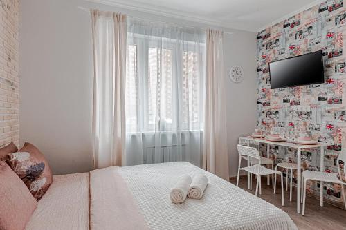 A bed or beds in a room at Добрые апартаменты в Одинцово
