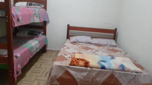 A bed or beds in a room at Casa de praia com piscina