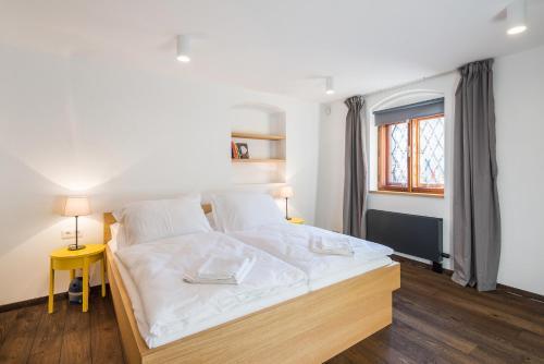 Ein Bett oder Betten in einem Zimmer der Unterkunft Modern Apartment in a Picturesque 15th-Century Building