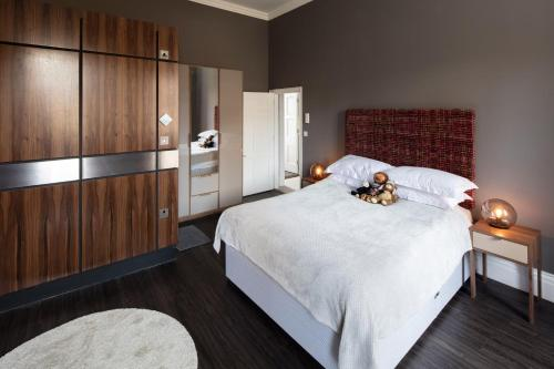A bed or beds in a room at Charlotte Rise