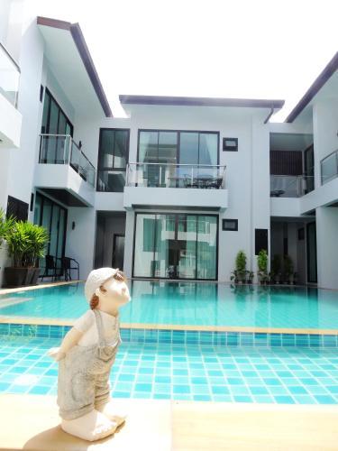 普吉島好日子酒店游泳池或附近泳池