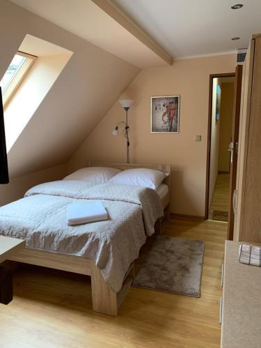 Łóżko lub łóżka w pokoju w obiekcie Willa przy Czarnej Bramie