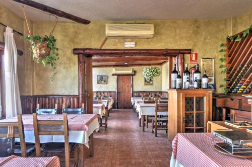 Un restaurante o sitio para comer en Apartamentos Luz Y Mar