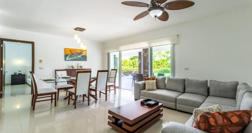 A seating area at Mareazul Beach Front Resort Playa del Carmen