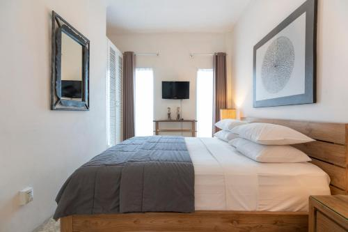 A bed or beds in a room at Beach Melati Apartments