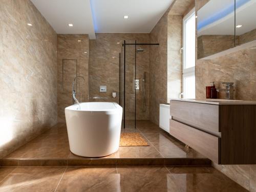 Ein Badezimmer in der Unterkunft Moderne 3-Zimmerwohnung mitten im Stadtzentrum