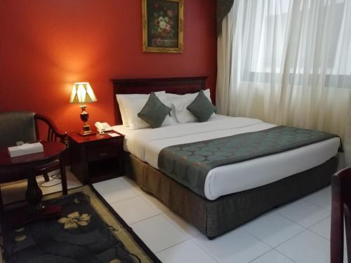 سرير أو أسرّة في غرفة في المها ريجنسي غرف و أجنحة فندقية