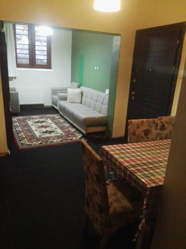 Гостиная зона в Yas hostel