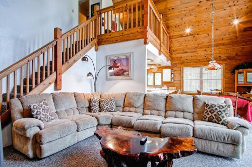 A seating area at Yosemite's Scenic Wonders - 6BR/4BA Tri-Level Home