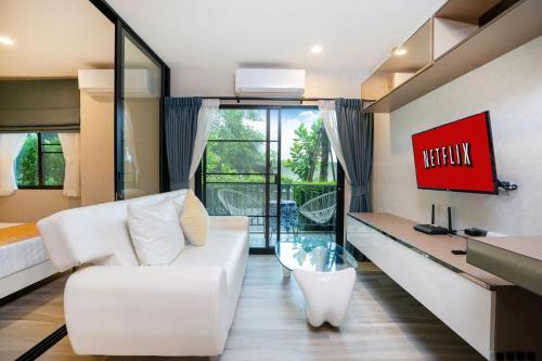 Гостиная зона в New spacious stylish Condo Free Netflix@Naiyang