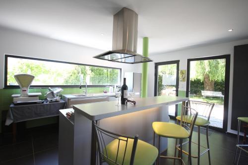 A kitchen or kitchenette at Fontaine des Prés
