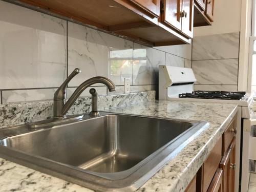 A kitchen or kitchenette at Adria's Ozone Pk Apartment