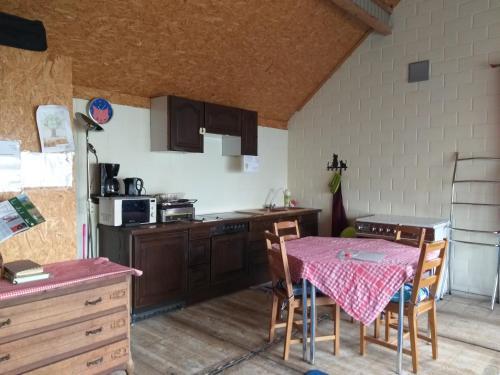 A kitchen or kitchenette at Jardins Naturels