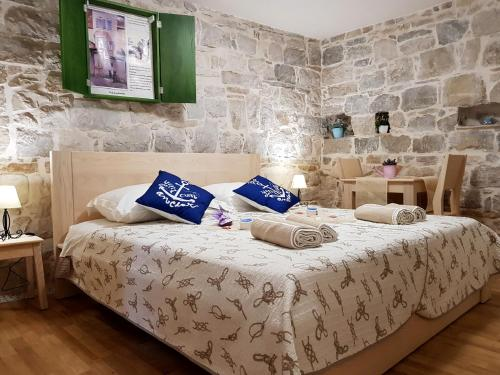 A bed or beds in a room at Villa Nautica Stone House