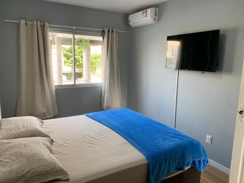 A bed or beds in a room at 02 Quartos próximo ao mar