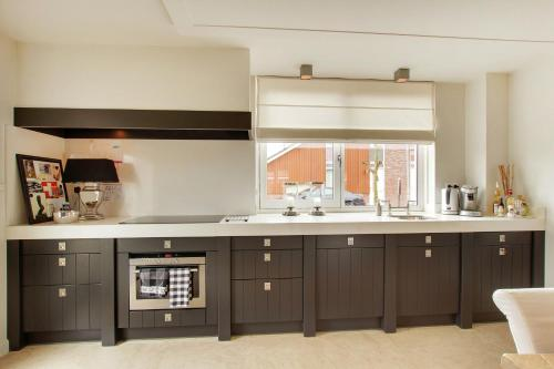 A kitchen or kitchenette at Familyhouse New Amsterdam