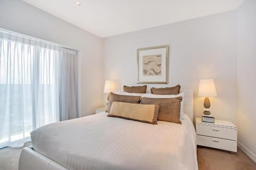 A bed or beds in a room at Peppers Soul Surfers Paradise