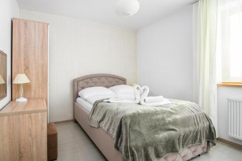 A bed or beds in a room at RentPlanet - Apartamenty Kamieniec