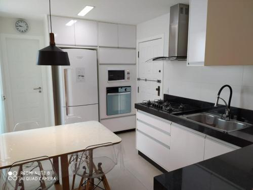 A kitchen or kitchenette at Apartamento Camarote