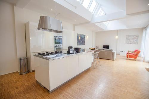A kitchen or kitchenette at Helmers | Artfulstay