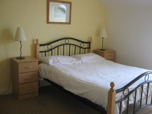 A bed or beds in a room at Summerhill Apartments