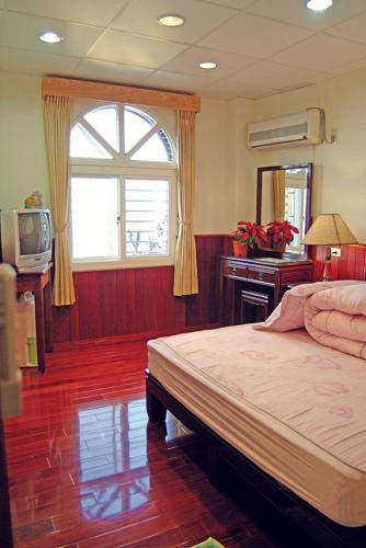A bed or beds in a room at Long Men Ke Zhan