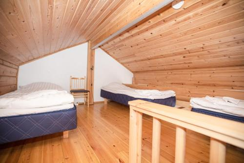 A bed or beds in a room at Kissankello Cottage