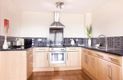 A kitchen or kitchenette at Cheltenham Plaza Apartments