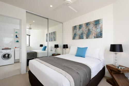 A bed or beds in a room at Park Avenue - IKON Glen Waverley